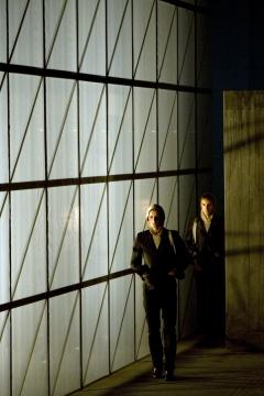 Nationaltheater Weimar   Premiere 18.10.2008Hamlet - No Roof AccessInszenierung: Claudia MeyerBühne: C.Meyer, V.KochKostüme: Andrea SchellingFoto zeigt: Patrick Güldenberg  , Nico Delpy,