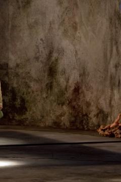 Nationaltheater Weimar   Premiere 18.10.2008Hamlet - No Roof AccessInszenierung: Claudia MeyerBühne: C.Meyer, V.KochKostüme: Andrea SchellingFoto zeigt: Marie Burchard, Xenia Noetzelmann,  Nico Delpy