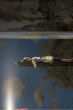 Nationaltheater Weimar   Premiere 18.10.2008Hamlet - No Roof AccessInszenierung: Claudia MeyerBühne: C.Meyer, V.KochKostüme: Andrea SchellingFoto zeigt: Xenia Noetzelmann,  Patrick Güldenberg